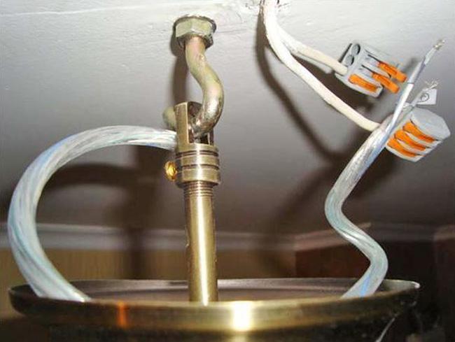 Крюк, установленный в бетонный потолок