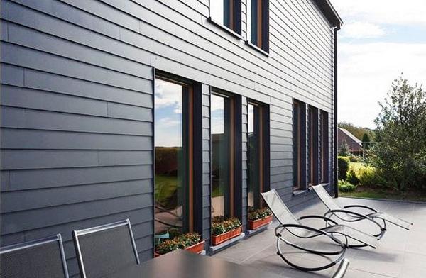 Красивая отделка загородного дома из пластикового сайдинга
