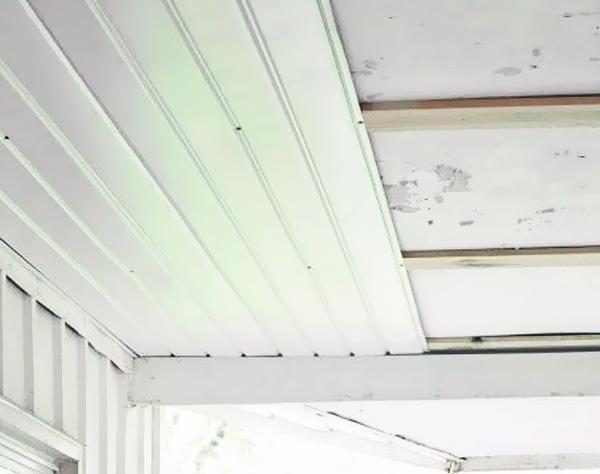 Процесс монтажа ламелей на потолок