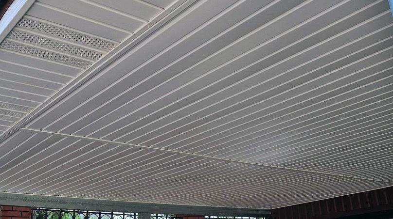 Потолок с отделкой из сайдинга