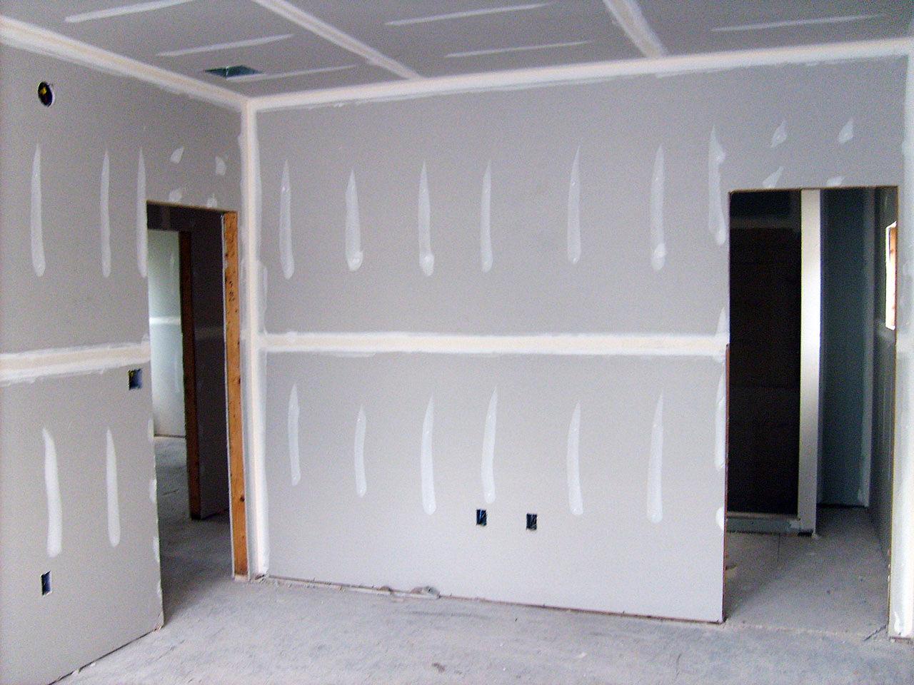 Стены после обшивки гипсокартоном
