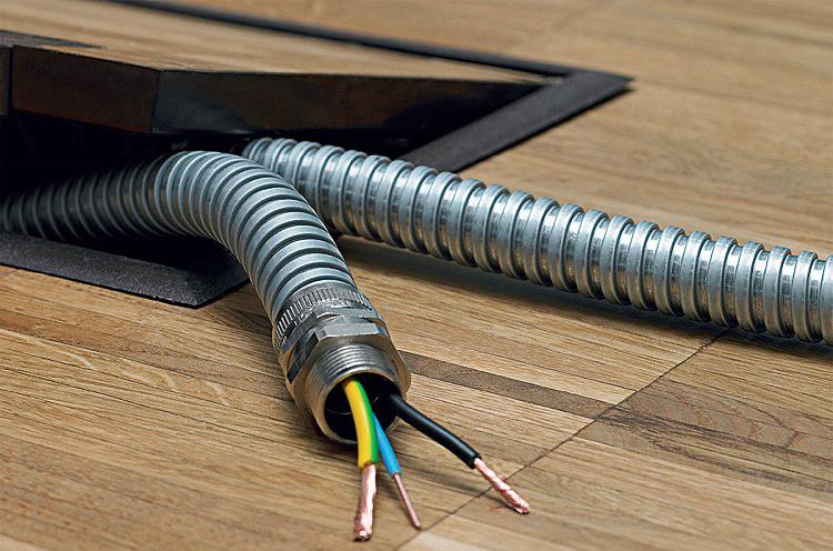 В горючих основаниях провода прокладывают в несгораемых рукавах