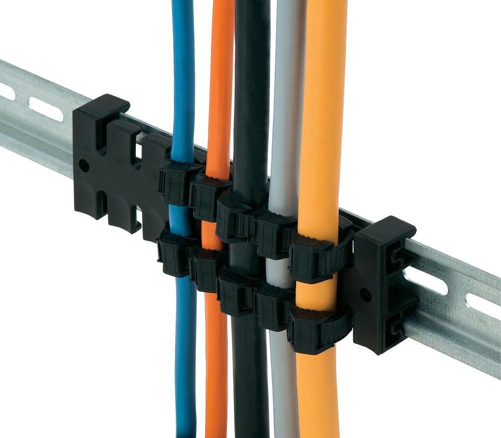 Гребенки позволяют расположить кабели ровными рядами