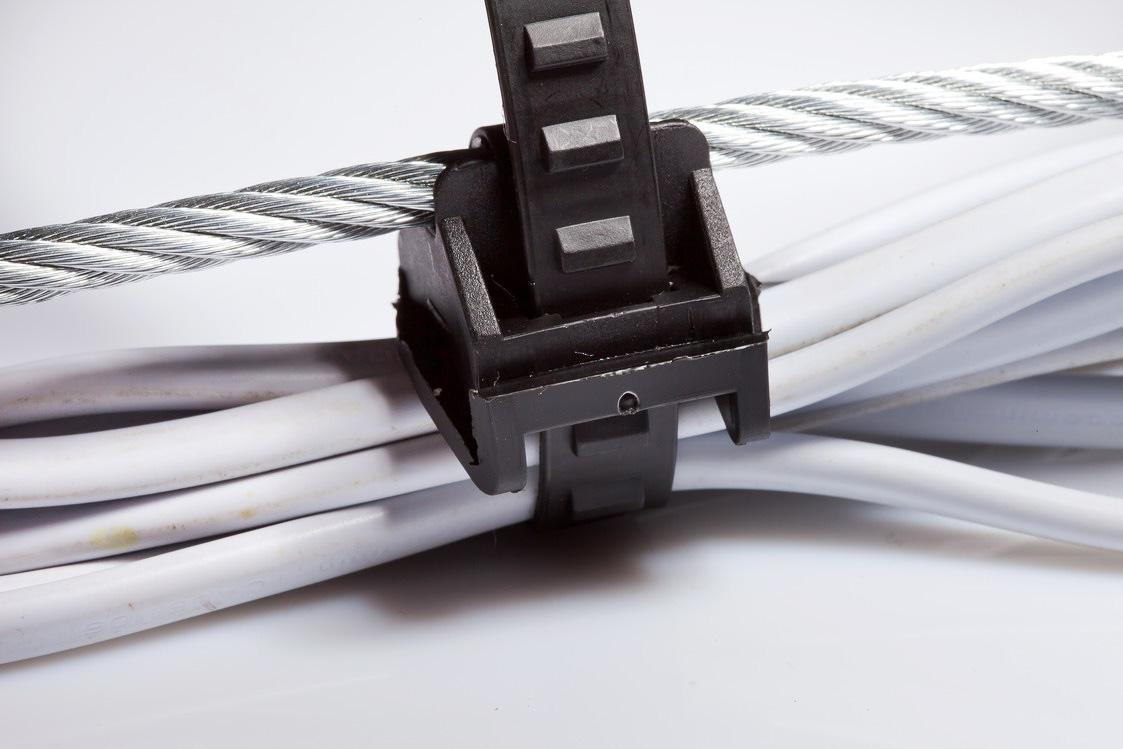 Провода, прикрепленные к стальному тросу хомутом