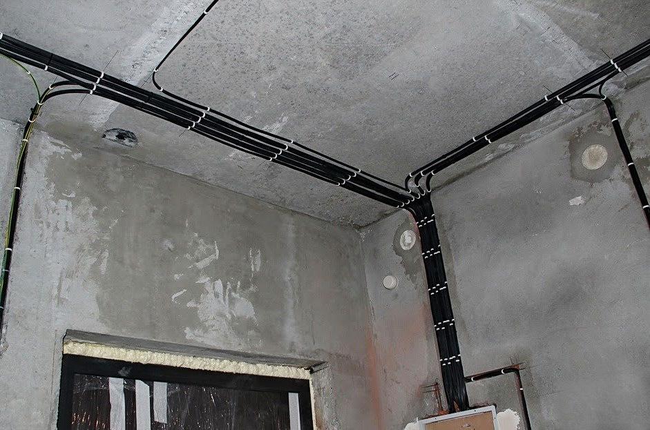 Крепежи должны удерживать кабели на потолке и стенах