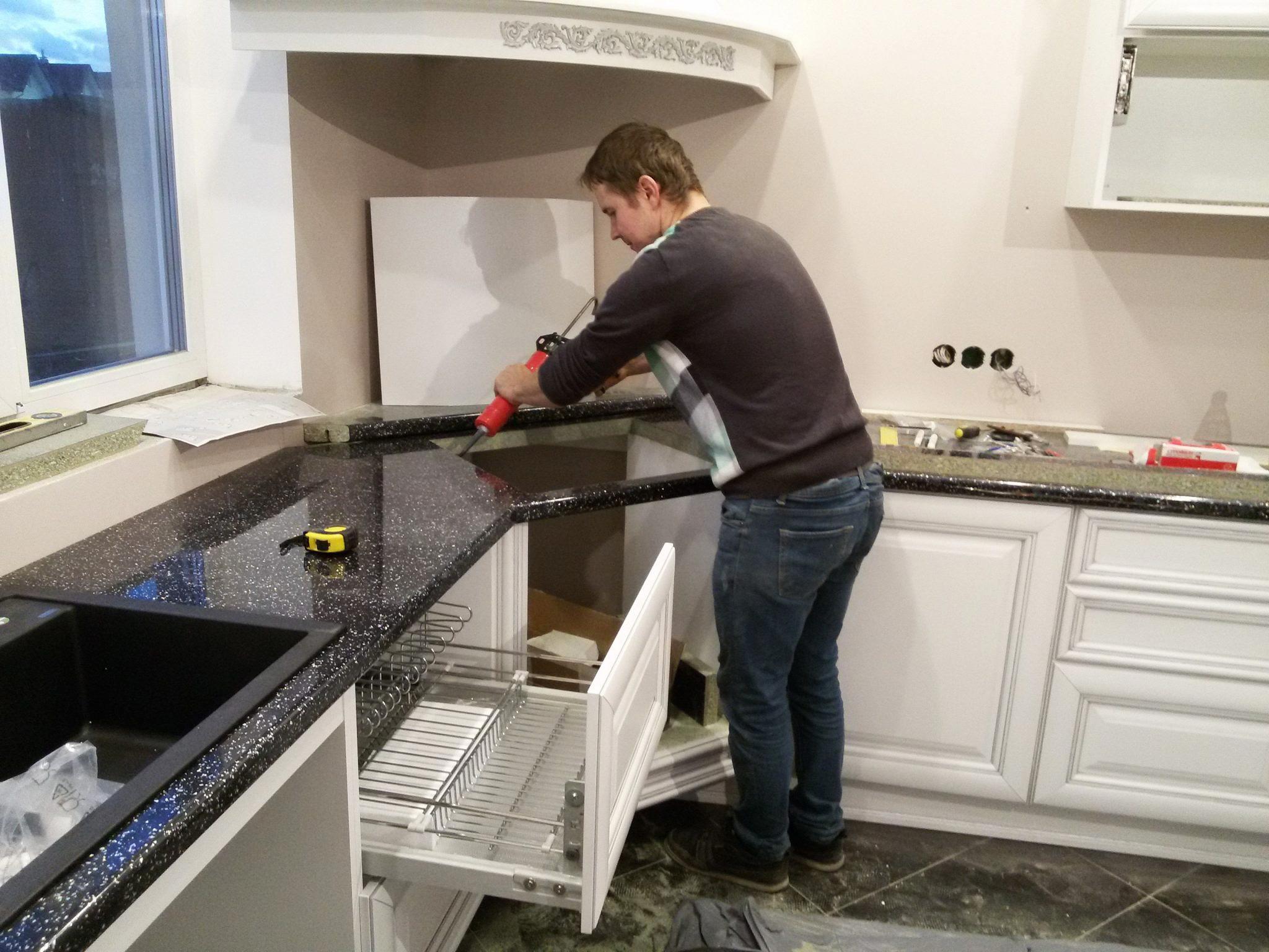 Как закрепить столешницу на кухне