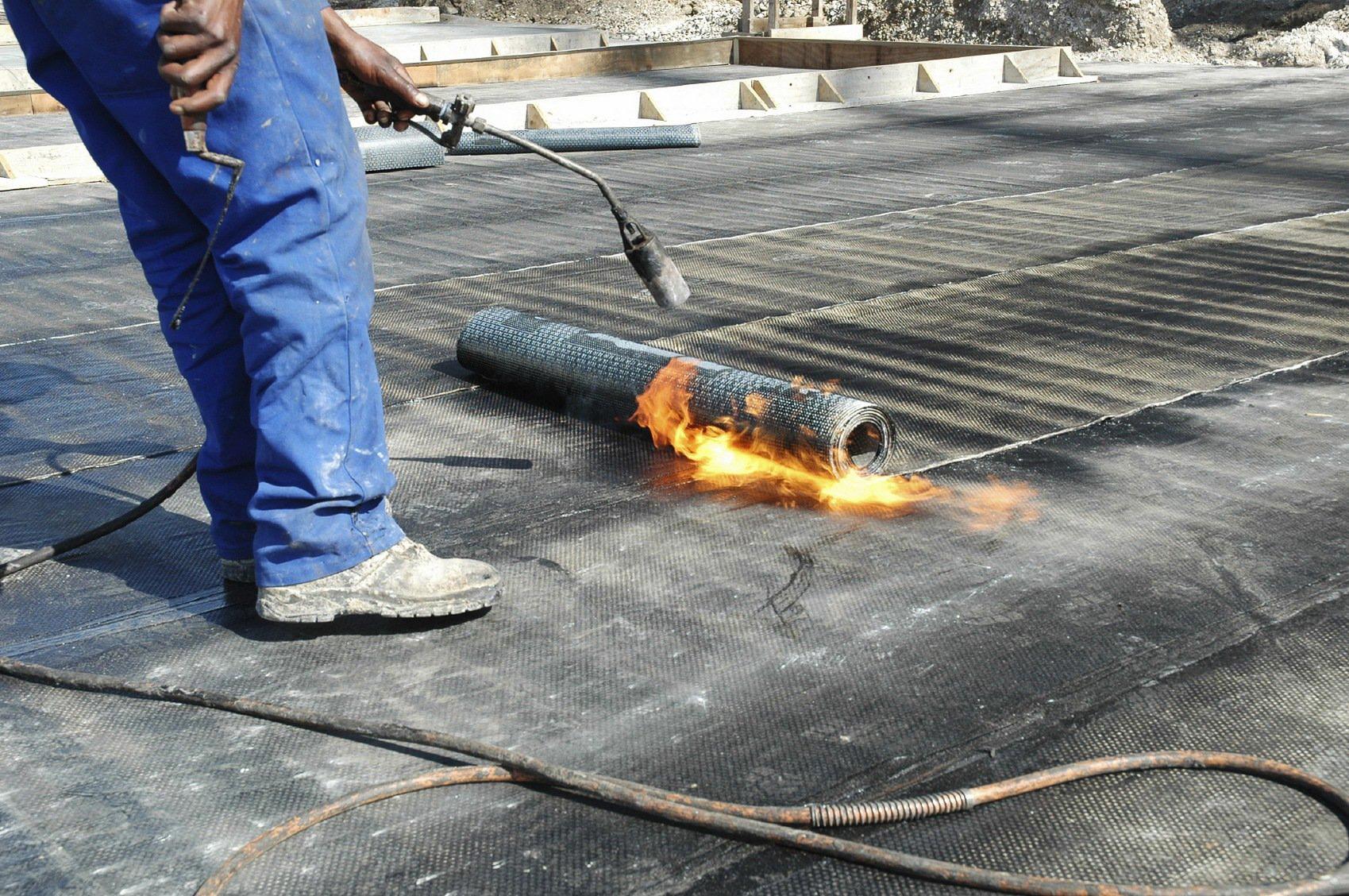 Монтаж рубероида с помощью газовой горелки