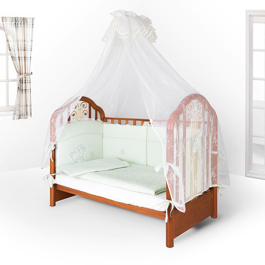 Балдахин, закрепленный над детской кроваткой