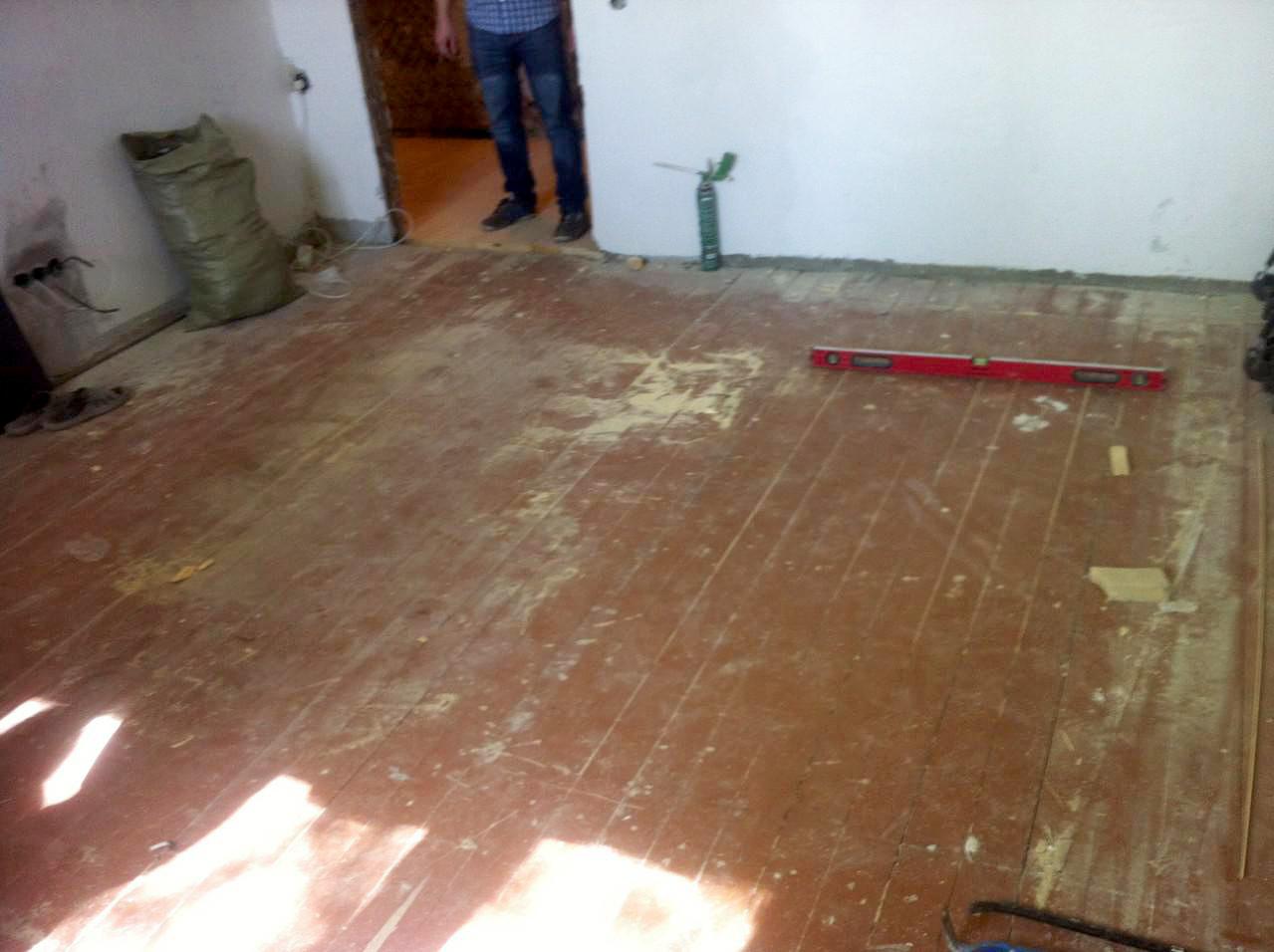Фанеру можно уложить на подготовленный деревянный пол