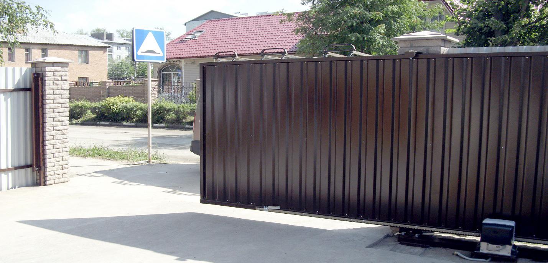 Створка откатных ворот перемещается на роликах