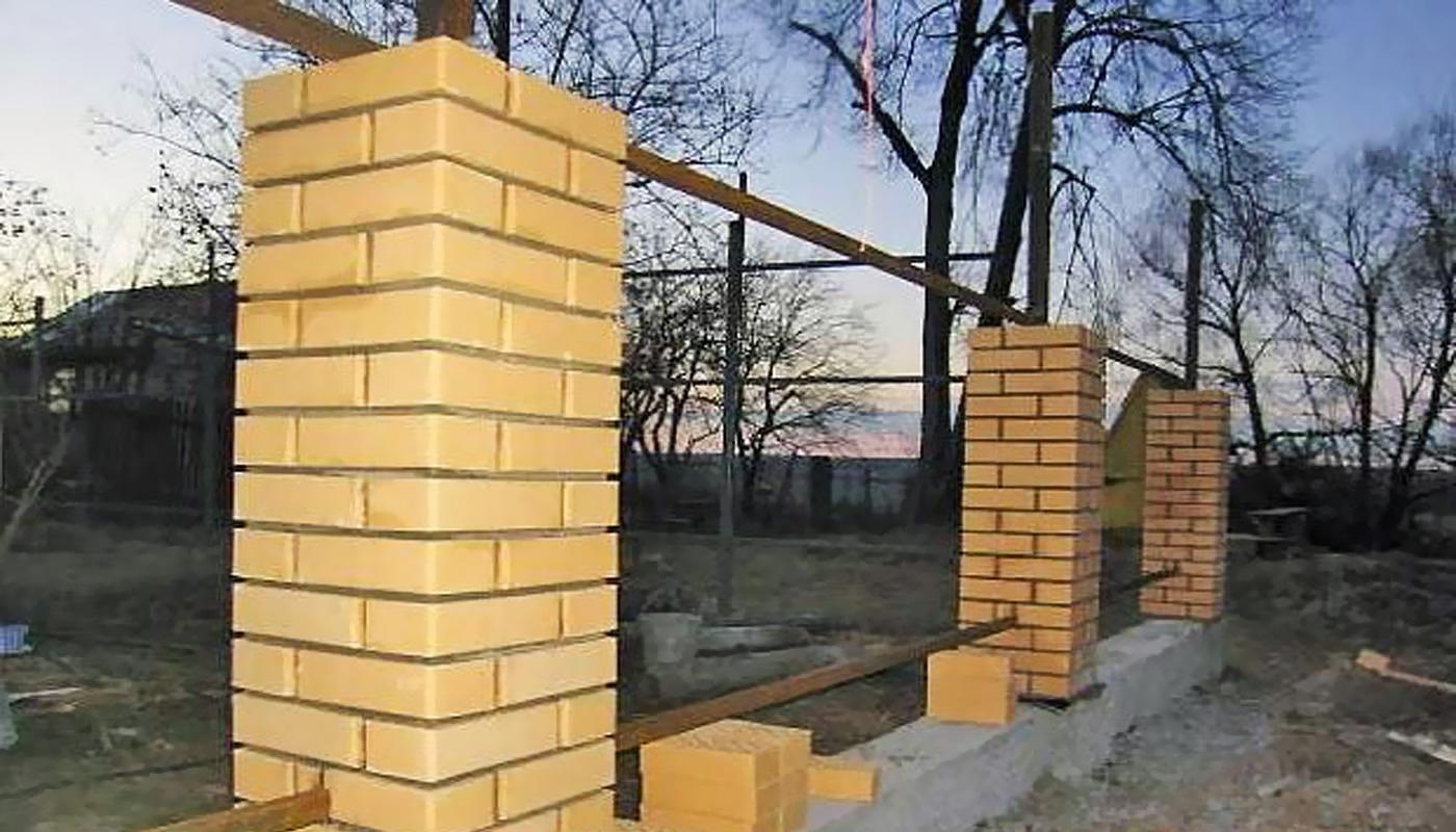 Кирпичные столбы - забор
