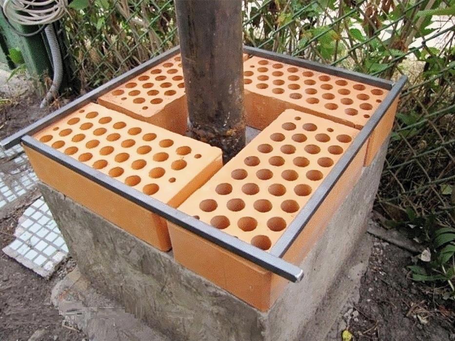 При кладке кирпичного столба нужно предусмотреть закладные элементы