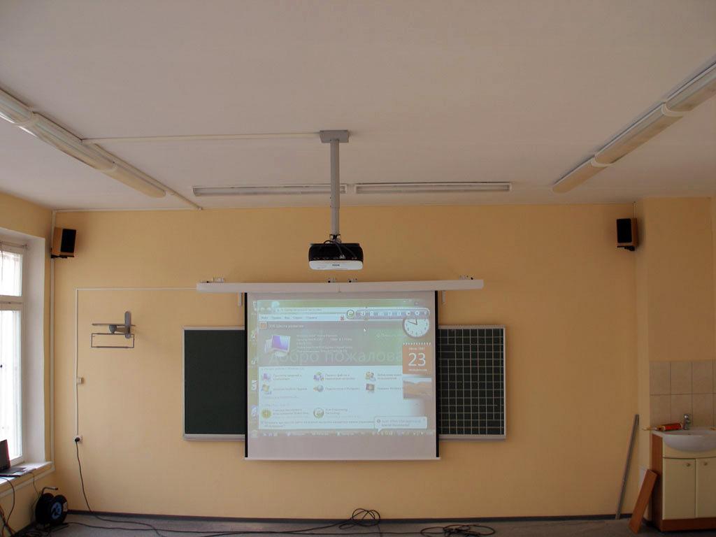 Установка проектора на бетонный потолок (кабель проложен в кабель-канале)