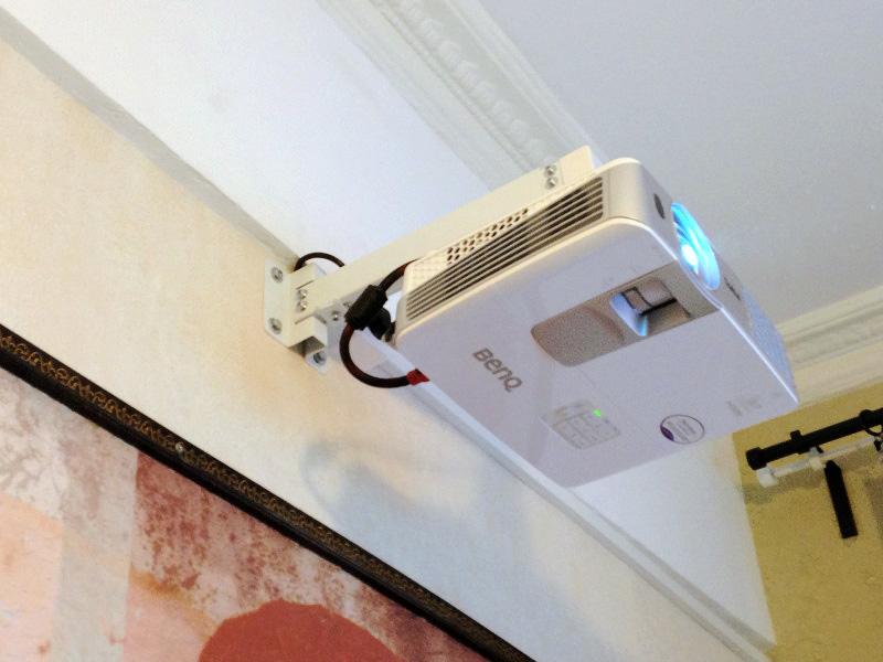 Кронштейн для крепления проектора на стену