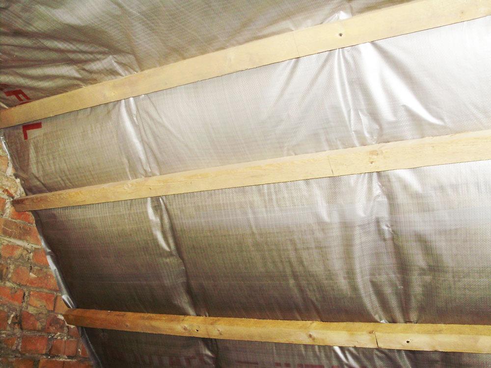 Выполняя строительство дома, необходимо знать, как установить пароизоляцию