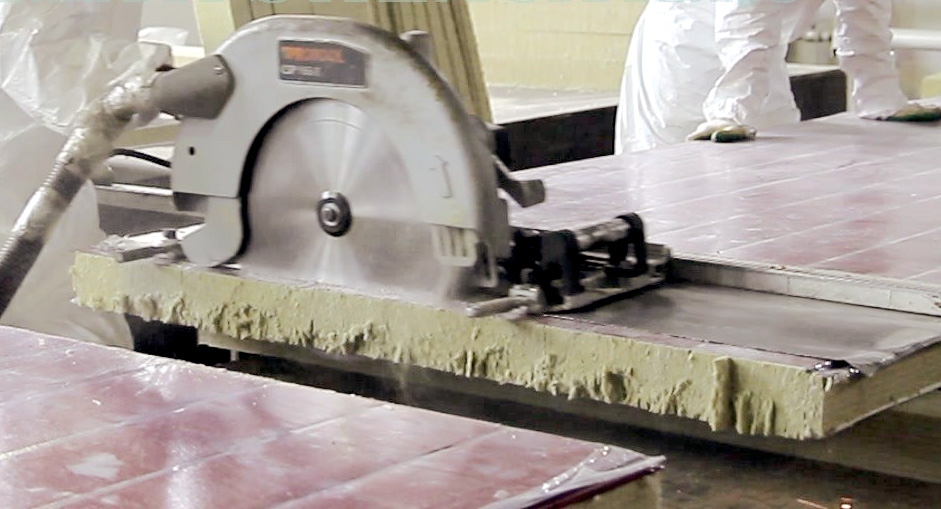 Резка панелей на производстве