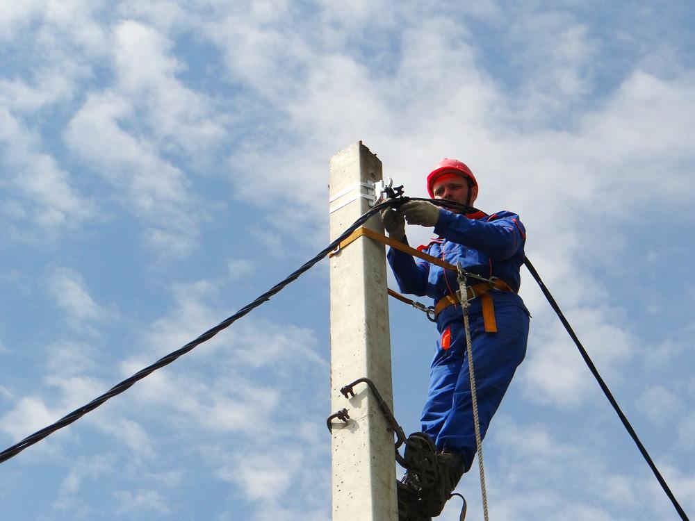 Закрепление кабеля на столбе