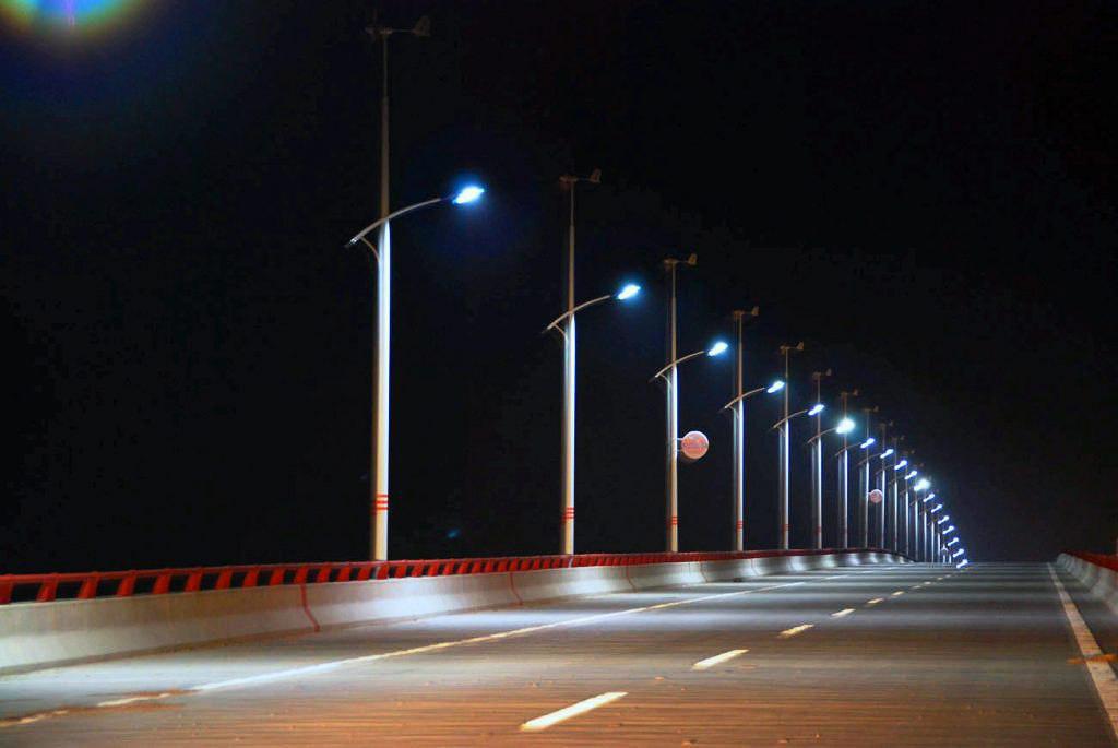 Ночное освещение дороги с помощью уличных фонарей