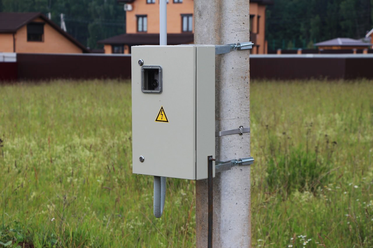 Электрощит, установленный на столб