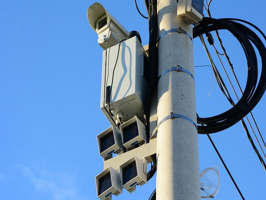 Камеры видеонаблюдения, закрепленные на круглом столбе