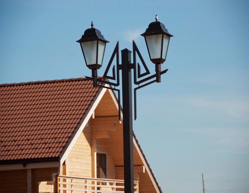 Фонарный столб с двумя фонарями