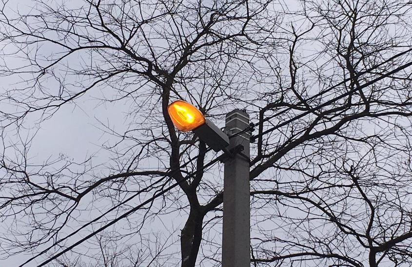 Уличный светильник установлен на опору