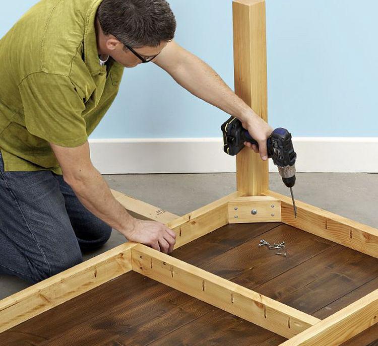 Шуруповерт существенно облегчает процесс сборки стола
