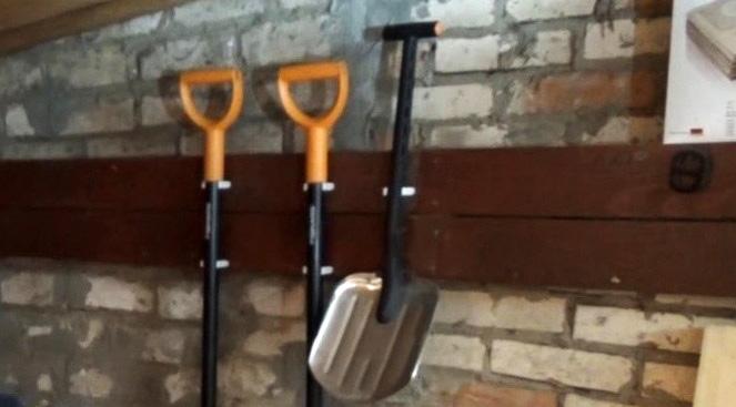 Фиксатор для лопаты на стену