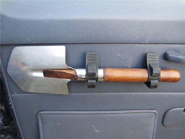 Лопата внутри автомобиля