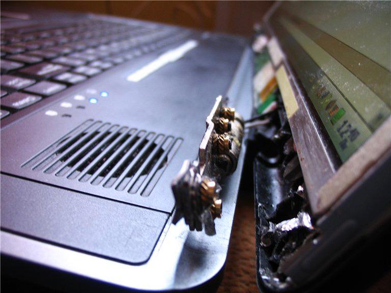При падении ноутбука крепление может треснуть