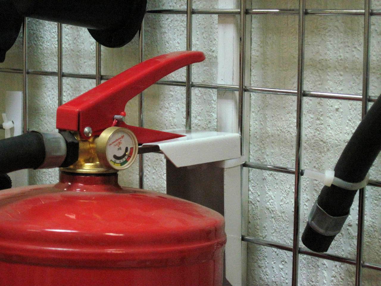 Огнетушитель должен легко сниматься с кронштейна
