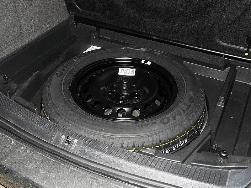 Размещение запаски под откидным полом багажника