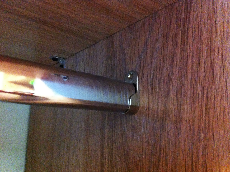 Овальная штанга, установленная в шкафу