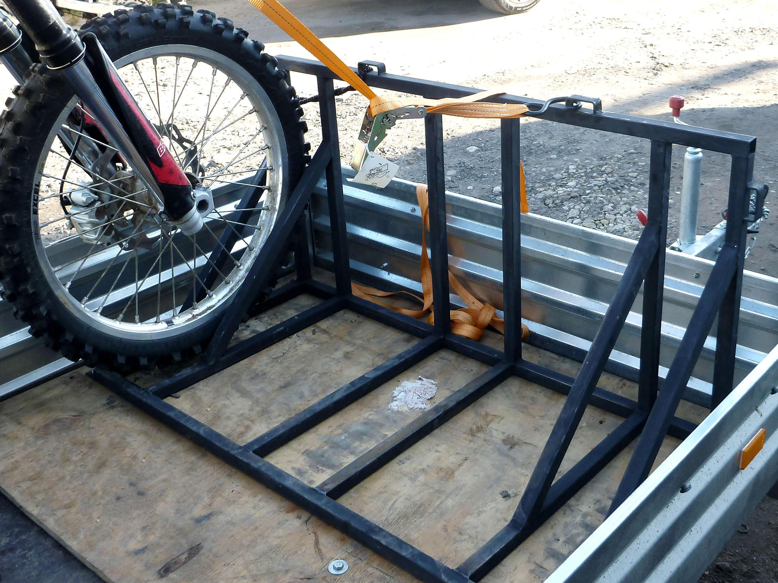 Мотоцикл крепится с помощью стяжных ремней