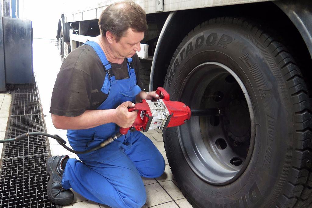 Болты на колесах грузовых машин нужно затягивать сильнее